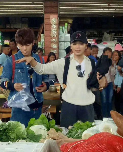 刘涛素颜逛菜市场 身边的男子竟不是她丈夫(图)
