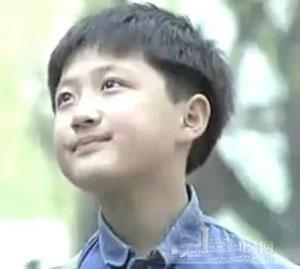 9岁爆红,背景惊人,如今他睡马路吃垃圾为生(图)