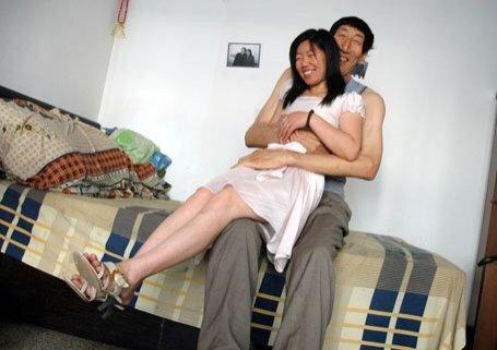 中国第一巨人终于娶妻生子 妻子小28岁(图)