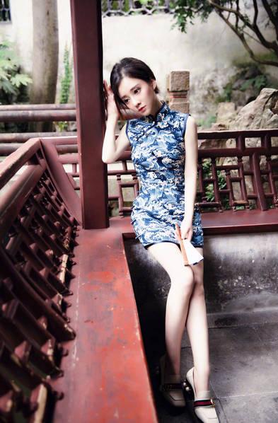 冯提莫曝性感旗袍写真 身材娇小玲珑很是别致