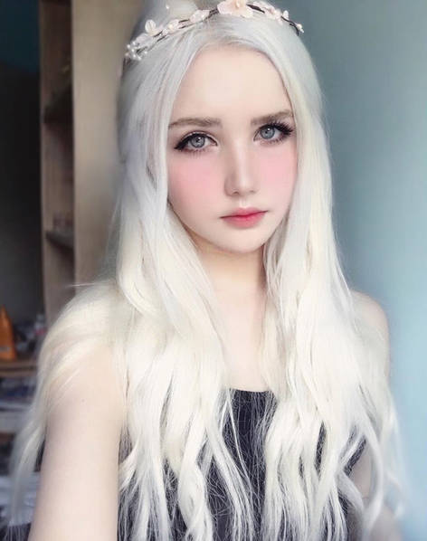 俄罗斯女孩天生银发酷似精灵 靠美貌养活自己